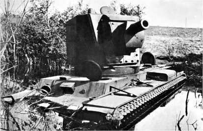 Застрявший в болоте и подорванный экипажем КВ-2 с башней МТ-1. 2-я танковая дивизия, Прибалтика, июль 1941 года.