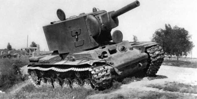 КВ-2, оставленный на обочине дороги из-за поломки или отсутствия топлива. Хорошо видна грушевидная заглушка амбразуры для стрельбы из личного оружия.