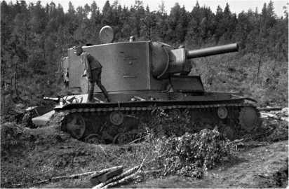 Этот КВ-2, застрявший в вязком грунте, также был оставлен экипажем. Машина не имеет никаких видимых повреждений.