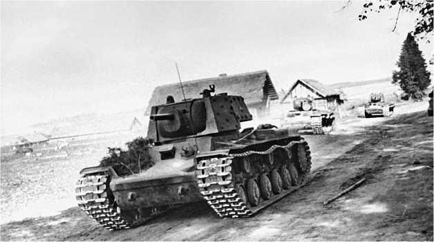 Колонна танков КВ. Головной — КВ-1 с дополнительным бронированием башни. Ленинградский фронт, 1941 год.