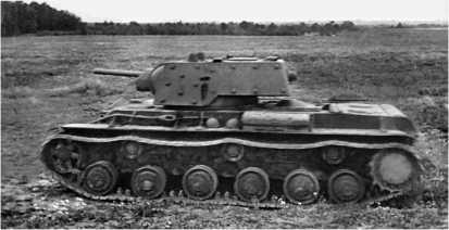 Тяжелый танк КВ-1 атакует противника. Северо-Западный фронт, 1941 год.