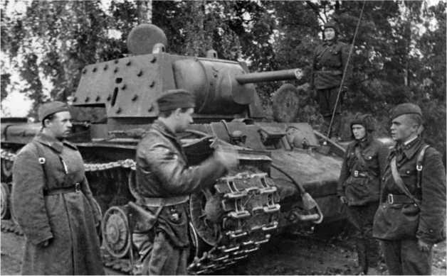 Экипаж экранированного танка КВ-1 получает боевую задачу. Северо-Западный фронт, 1941 год.
