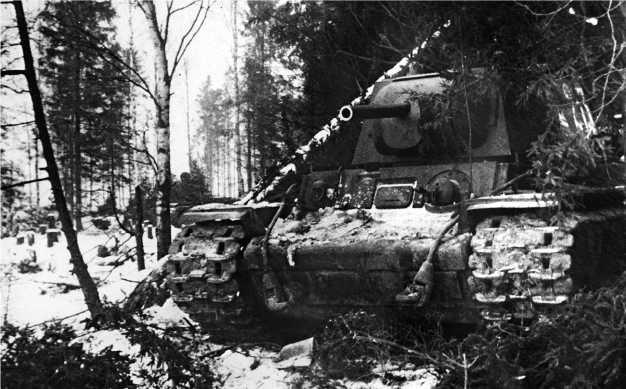 Тяжелый танк КВ-1 с пушкой Ф-32 в засаде. 1941 год.