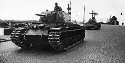 Колонна отремонтированных танков КВ-1 по пути на фронт. Ленинград, весна 1942 года.