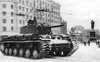 Танк КВ-1 с литой башней производства УЗТМ. Пушкинская площадь в Москве, январь 1942 года.