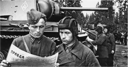 Командир танка КВ старший лейтенант В.Г. Бондуревский и старшина М.Е. Голенко за чтением газеты «Правда». Западный фронт, 116-я танковая бригада, апрель 1942 года.