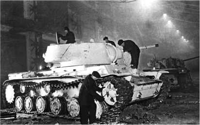 Рабочие завода «Серп и молот» за ремонтом танка КВ-1. Москва, 1942 год.