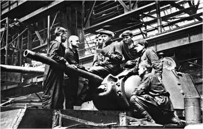 Производственное совещание в бригаде Катыкина. Челябинский Кировский завод, 1942 год. На снимке хорошо видно, что половина бригады — подростки.