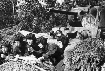 Экипаж танка КВ-1 получает боевое задание. 1942 год.