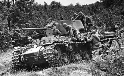 Десант спешивается с танка КВ-1 перед атакой. Северный Кавказ, район Прохладного, 1942 год.