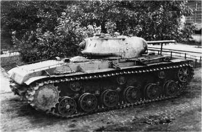 Тяжелый танк КВ-1с во дворе Челябинского Кировского завода, 1942 год.