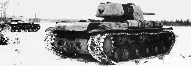 Танки КВ-1 в атаке. Калининский фронт, январь 1943 года.