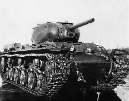 Танк КВ-1с выпуска конца 1942 года на полигоне в Кубинке. Лето 1943 года.