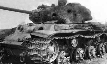 Танк КВ-1с после нескольких попаданий 88-мм немецких снарядов. Курская дуга, лето 1943 года.