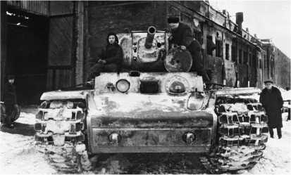 Танк КВ-1 покидает заводской цех после ремонта. Ленинград, январь 1944 года.