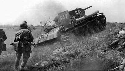 Танк КВ-1с поддерживает пехоту в бою на Карельском перешейке. Ленинградский фронт, июнь 1944 года.