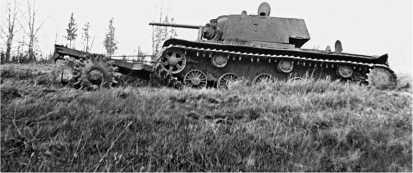 Танк КВ-1 с катковым минным тралом из состава 26-го гвардейского танкового полка прорыва. Ленинградский фронт, Карельский перешеек, лето 1944 года.