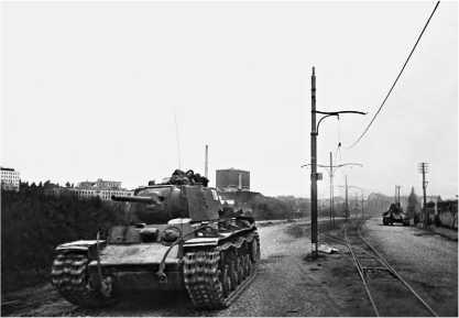 Танк КВ-1 из состава 26-го гвардейского танкового полка прорыва вступает в Выборг. Сентябрь 1944 года.
