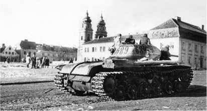 Танк КВ-1с проезжает через центр польского города Млава, освобожденного войсками Красной Армии. Февраль 1945 года.