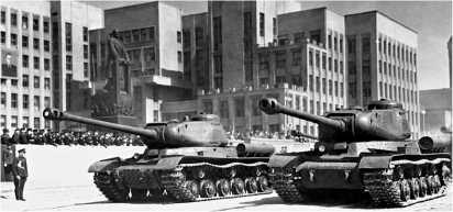 Парад в Минске 1 мая 1952 года. На переднем плане ИС-2 раннего выпуска. У машины справа — дульный тормоз пушки немецкого типа;кроме того, вместо перископического прицела ПТ4-17 у нее установлен прибор наблюдения МК-4.