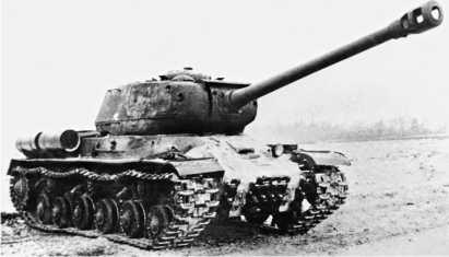 ИС-2 поздних выпусков 1944 года с измененной носовой частью корпуса, расширенной амбразурой пушки и запасными траками на нижнем лобовом листе корпуса.