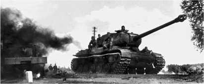 ИС-2 ранних выпусков с дульным тормозом немецкого типа на Рижском шоссе. Лето 1944 года.