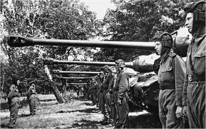В строю — гвардейский тяжелый танковый полк.
