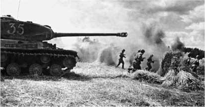 Танки ИС-2 поддерживают атакующую пехоту. Прибалтика, август 1944 года.