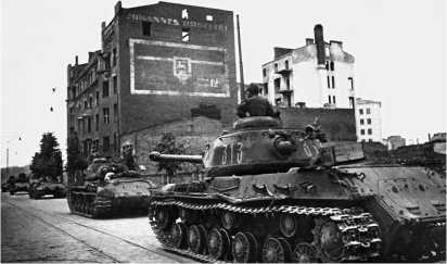 Танки ИС-2 27-го отдельного гвардейского тяжелого танкового полка на улице Выборга. Июнь 1944 года.
