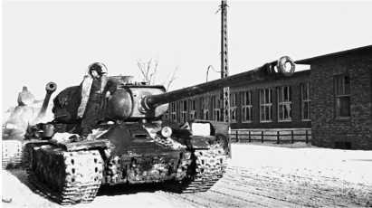 Танки ИС-2 вступают в Познань. 1-й Белорусский фронт, февраль 1945 года.