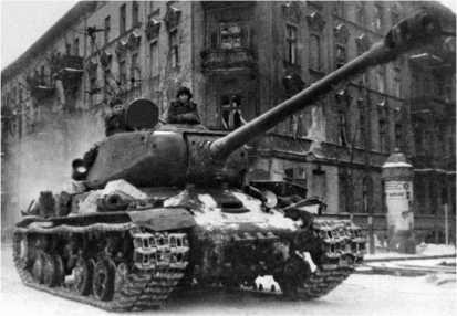 Танк ИС-2 34-го отдельного гвардейского тяжелого танкового полка на улице Познани. 23 февраля 1945 года.