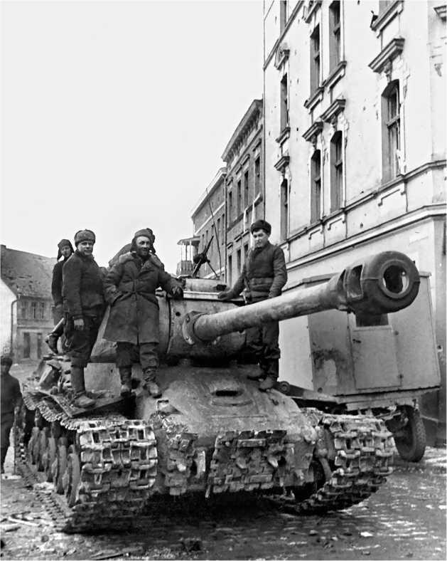 ИС-2 на улице г. Штарград, Восточная Пруссия, 2-й Белорусский фронт, 19 марта 1945 года. У этой машины отсутствовала зенитно-пулеметная установка и для борьбы с «фаустниками» использовался пулемет ДТ с пехотными сошками.