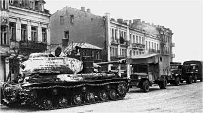 Тяжелый танк ИС-2 во главе колонны колесной техники на улице г. Млав. Польша, зима 1945 года.