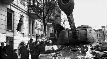 Жители Познани приветствуют советских танкистов-освободителей. Февраль 1945 года.