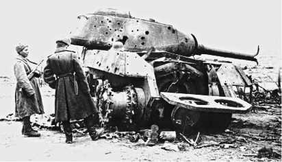 Красноармейцы осматривают подбитый немецкой артиллерией танк ИС-2. Зима 1945 года.