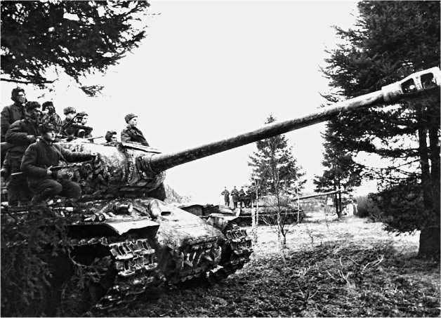Танки гвардии подполковника В. П. Ищенко (29 гв. ттп) на исходном рубеже перед атакой. 1-й Украинский фронт, весна 1945 года.