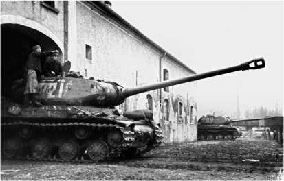 Танки ИС-2 в засаде. Германия, 1-й Белорусский фронт, 1945 год.