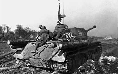 Танк ИС-2 в наступлении. Германия, март 1945 года.