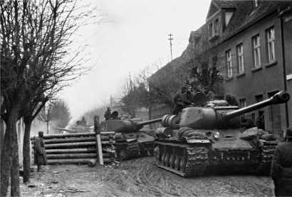 Танки ИС-2 в Восточной Померании. 1-й Белорусский фронт, март 1945 года.