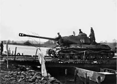 Танк ИС-2 на переправе. 1-й Украинский фронт, 1945 год.