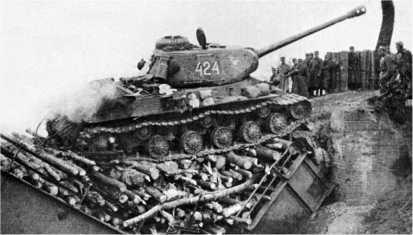 ИС-2 из состава 4-го польского полка тяжелых танков проходит через разрушенный мост на одном из каналов в окрестностях Берлина.Апрель 1945 года.