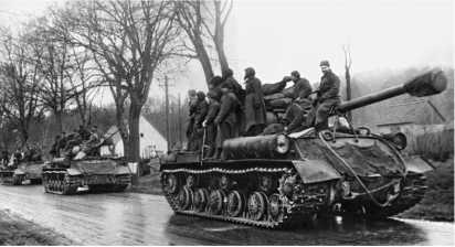 Гвардейский тяжелый танковый полк на марше. Германия, 1945 год.