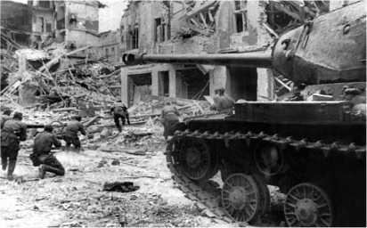 Танки Героя Советского Союза гвардии капитана Ф.А. Липаткина поддерживают пехоту в уличном бою. Берлин, 27 апреля 1945 года.