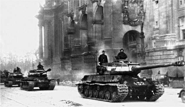 7-я гвардейская тяжелая танковая бригада на улицах Берлина. Май 1945 года.