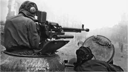 По «фаустникам» — огонь! 11-й гвардейский тяжелый танковый полк ведет уличный бой в Берлине. 28 апреля 1945 года.