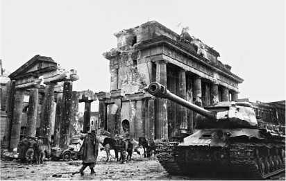 Танк ИС-2 из 7-й гвардейской тяжелой танковой бригады у Бранденбургских ворот. Берлин, май 1945 года.