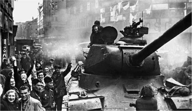 Тяжелый танк ИС-2 на улице г. Моравская Острава. Чехословакия, май 1945 года.