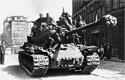 ИС-2 на улице Праги. 9 мая 1945 года.