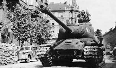 Танки ИС-2 1-й чехословацкой танковой бригады вступают в Прагу. Май 1945 года.