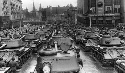 Тяжелые танки ИС-2 из состава сводного танкового полка на улице Горького перед началом Парада Победы. Москва, 24 июня 1945 года.
